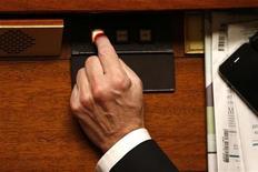 <p>Les parlementaires communistes ne voteront pas le budget 2013 et la loi de financement de la Sécurité sociale s'ils n'obtiennent pas un certain nombre d'amendements, menace le secrétaire national du PCF Pierre Laurent dans une interview au Journal du Dimanche. /Photo d'archives/REUTERS/Charles Platiau</p>