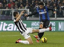 <p>Le Milanais Diego Milito (à droite) -auteur d'un doublé samedi à Turin face à la Juve- marque malgré l'opposition du Turinois Leonardo Bonucci. La série folle de 49 matches sans défaite de la Juventus Turin en Serie A s'est arrêtée samedi face à l'Inter Milan, qui s'est imposé 3-1 dans ce choc de la 11e journée de Serie A. /Photo prise le 3 novembre 2012/REUTERS/Alessandro Garofalo</p>