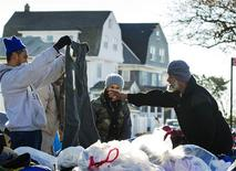 <p>Distribution de vêtements dans le Queens. Des dizaines de milliers de personnes touchées par l'ouragan Sandy pourraient avoir bientôt besoin d'être relogées alors qu'une vague de froid s'abat sur l'Etat de New York. /Photo prise le 4 novembre 2012/REUTERS/Lucas Jackson</p>