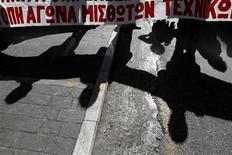 <p>Un grupo de empleados de la cámara técnica de Grecia realiza una manifestación a las afueras del ministerio de Finanzas en Atenas, nov 2 2012. El Gobierno de Grecia presenta el lunes al Parlamento su nuevo plan de austeridad, al inicio de una semana de huelgas y protestas por las medidas que deberán ser aprobadas por los legisladores si el país desea recibir el próximo tramo de ayuda internacional a fin de evitar la bancarrota. REUTERS/Yorgos Karahalis</p>