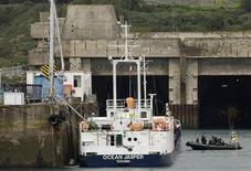 """<p>Le cargo """"Ocean Jasper"""", dans le port de Brest. Le procès du naufrage du Sokalique, un bateau de pêche breton heurté par ce cargo en 2007 au large du Finistère et dont le patron était mort noyé dans le naufrage, s'est ouvert mardi devant le tribunal correctionnel de Brest. /Photo d'archives/REUTERS/Marine Nationale/Johann Guivarch</p>"""