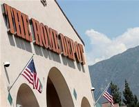 <p>Home Depot, première chaîne mondiale de magasins de bricolage, annonce une hausse plus marquée que prévu de son bénéfice trimestriel, grâce au mieux observé depuis plusieurs mois sur le marché immobilier américain. /Photo d'archives/REUTERS/Mario Anzuoni</p>