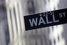 """<p>Wall Street a ouvert en léger recul mardi, les investisseurs hésitant toujours à prendre position sur le marché face au """"mur budgétaire"""", qui pourrait interrompre au début de l'an prochain le début de reprise de l'économie américaine. Le Dow Jones perd 0,3% dans les premiers échanges. Le Standard & Poor's 500 recule de 0,44% et le Nasdaq cède 0,69%. /Photo d'archives/REUTERS/Eric Thayer</p>"""
