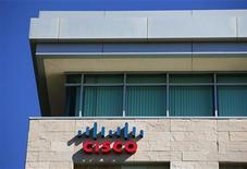 <p>Cisco Systems a fait état mardi d'un chiffre d'affaires et d'un bénéfice meilleurs qu'attendu au premier trimestre de son exercice décalé à la faveur de réductions de dépenses et de la diversité de son éventail d'activités, faisant bondir le cours de son titre dans les transactions électroniques. /Photo prise le 12 novembre 2012/REUTERS/Mike Blake</p>