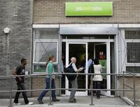 <p>Le nombre de demandeurs d'emploi en Grande-Bretagne a enregistré sa hausse la plus forte en plus d'un an en octobre. Le nombre de personnes demandant des allocations-chômage a augmenté de 10.100 le mois dernier. /Photo d'archives/REUTERS/Stephen Hird</p>