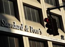 """<p>L'agence de notation Standard & Poor's confirme jeudi les notes à long terme AA+ et A-1+ de la France, tout en maintenant la perspective négative, après la présentation d'un """"pacte de compétitivité"""" par le gouvernement. /Photo d'archives/REUTERS/Brendan McDermid</p>"""
