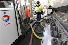 <p>Total a retenu quatre consortiums pour poursuivre les discussions sur la cession de sa filiale de transport et de stockage du gaz TIGF, après avoir reçu sept offres de reprise vendredi dernier, ont indiqué à Reuters trois sources proches du dossier. /Photo d'archives/REUTERS/Gonzalo Fuentes</p>