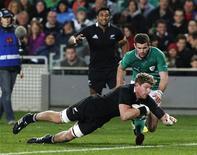 <p>Essai d'Adam Thomson contre l'Irlande. Sanctionné pour avoir marché sur la tête de l'Ecossais Alasdair Strokosch lors de la victoire des All Blacks (51-22) le 11 novembre dernier, le troisième ligne néo-zélandais a écopé vendredi de deux semaines de suspension, soit une de plus qu'en première instance, après un appel déposé par l'IRB (International rugby board, organe suprême de ce sport). /Photo prise le 9 juin 2012/REUTERS/Nigel Marple</p>