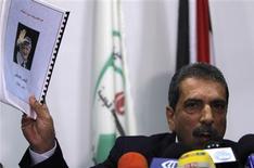 <p>Taoufic al Tiraoui, qui préside la commission palestinienne chargée de superviser l'enquête pour déterminer si Yasser Arafat a été assassiné, lors d'une conférence de presse samedi à Ramallah. Huit ans après son décès dans un hôpital militaire de la banlieue parisienne, le corps de l'ancien dirigeant palestinien sera exhumé mardi pour déterminer les causes de sa mort. /Photo prise le 24 novembre 2012/REUTERS/Mohamad Torokman</p>