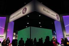 """<p>Quelque 300 ingénieurs du site Alcatel-Lucent d'Orvault en Loire-Atlantique ont débrayé vendredi pour """"maintenir la pression"""" sur l'équipementier télécoms qui vient de détailler un plan de 1.353 suppressions d'emplois en France. /Photo d'archives/REUTERS/Albert Gea</p>"""