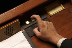 """<p>Le Parlement français a adopté définitivement lundi le projet de loi de financement de la Sécurité sociale (PLFSS) pour 2013. L'Assemblée nationale a procédé lundi à la lecture définitive de ce texte après que le Sénat l'a rejeté par deux fois du fait du vote """"contre"""" des parlementaires du Front de gauche. /Photo d'archives/REUTERS/Charles Platiau</p>"""