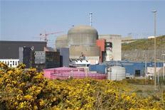 <p>EDF a annoncé lundi que le coût de construction de l'EPR de Flamanville avait augmenté de deux milliards d'euros, la production des premiers kWh étant pour sa part toujours prévue pour 2016. La mise en service du réacteur de 3e génération conçu par Areva est en revanche maintenue pour 2016. /Photo d'archives/REUTERS/Benoît Tessier</p>