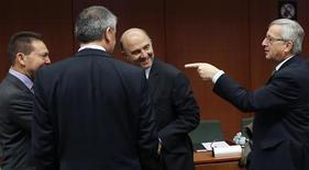 <p>Le président de l'Eurogroupe Jean-Claude Juncker (à droite) en discussions à Bruxelles avec le ministre grec des Finances Yannis Stournaras (à gauche) et son homologue français Pierre Moscovici. Jean-Claude Juncker a déclaré que les banques espagnoles recevraient la semaine prochaine une aide européenne de 39,5 milliards d'euros. /Photo prise le 3 décembre 2012/REUTERS/François Lenoir</p>
