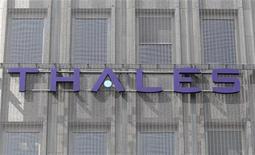 """<p>Le PDG de Dassault Aviation a évoqué pour la première fois publiquement mardi un """"éventuel changement de gouvernance"""" au sein de l'équipementier Thales, dont l'avionneur est le premier actionnaire privé, lors d'une audition de la commission de défense de l'Assemblée nationale sur la préparation d'un nouveau Livre blanc qui doit fixer les priorités de la politique de défense de la France dans les années à venir. /Photo d'archives/REUTERS/Charles Platiau</p>"""