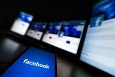 <p>Imagen de archivo de la pantalla de carga de Facebook en un teléfono móvil en Lavigny, Suiza, mayo 16 2012. nvestigadores liderados por el FBI y ayudados por Facebook desarticularon una organización internacional que infectó 11 millones de computadoras en todo el mundo y causó más de 850 millones de dólares en pérdidas, en una de las principales operaciones contra delitos cibernéticos de la historia. REUTERS/Valentin Flauraud</p>