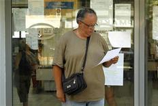 <p>Devant une agence pour l'emploi à Athènes. Le chômage a battu un nouveau record en Grèce avec un taux de 24,8% au troisième trimestre, contre 23,6% le trimestre précédent. /Photo prise le 9 août 2012/REUTERS/Yorgos Karahalis</p>