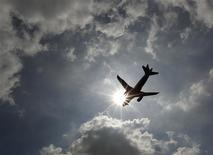 <p>L'association internationale du transport aérien (Iata) a révisé en hausse ses prévisions de bénéfices annuels des compagnies aériennes mondiales et table désormais sur un bénéfice global de 6,7 milliards de dollars en 2012, contre 4,1 milliards précédemment. /Photo d'archives/REUTERS/Luke MacGregor</p>