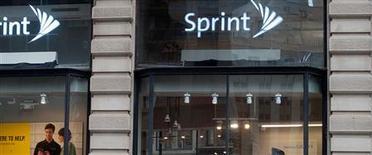 <p>Sprint Nextel propose 2,1 milliards de dollars pour reprendre la part de capital de Clearwire qu'il ne détient pas encore. L'offre, de 2,90 dollars l'action, valorise le spécialiste des fréquences sans-fil à 4,2 milliards de dollars. /Photo d'archives/REUTERS/Keith Bedford</p>