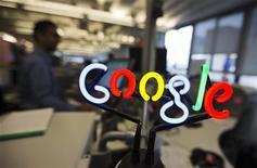 <p>Le titre Google figure au rang des valeurs à suivre ce jeudi sur les marchés américains, alors que son service de navigation est de nouveau disponible sur l'iPhone, quatre mois après son remplacement par le propre service de cartographie d'Apple. /Photo prise le 13 novembre 2012/REUTERS/Mark Blinch</p>