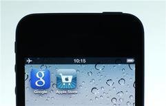 <p>Foto de archivo de unas aplicaciones de Google y Apple en la pantalla de un iPhone en Berlín, ago 31 2012. La herramienta a de navegación de Google ha vuelto al iPhone, meses después de que el servicio de mapas propio de Apple fracasara, lo que provocó las quejas de los usuarios, el despido de un ejecutivo y las disculpas públicas del presidente del gigante tecnológico. REUTERS/Pawel Kopczynski</p>