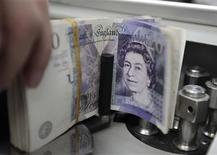 """<p>Standard & Poor's a annoncé jeudi avoir abaissé de """"stable"""" à """"négative"""" sa perspective sur la note AAA, la plus élevée possible, de la Grande-Bretagne, en évoquant notamment la perspective d'une hausse de l'endettement du pays jusqu'en 2015. /Photo d'archives/REUTERS/Sukree Sukplang</p>"""