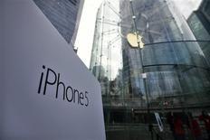 <p>Devant le magasin Apple du quartier financier de Shanghai. Apple a lancé ce vendredi la commercialisation de l'iPhone 5 en Chine, un marché où le groupe a perdu du terrain faute de nouveau modèle, une évolution considérée comme étant en partie responsable des mauvaises performances de l'action ces dernières semaines. /Photo prise le 14 décembre 2012/REUTERS/Carlos Barria</p>