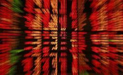 <p>Les fonds actions ont profité de la hausse de la Bourse pour surperformer depuis le début de l'année les autres gestions commercialisées en France, sans pour autant convaincre les investisseurs qui ont continué de sortir de cette catégorie de fonds en novembre. /Photo d'archives/REUTERS/Chaiwat Subprasom</p>