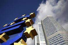 <p>Faire de la Banque centrale européenne le superviseur unique des grandes banques de la zone euro constitue une étape importante du processus visant à les rendre plus résistantes aux chocs financiers mais il faudra aller au-delà pour juguler les crises elles-mêmes, a déclaré vendredi le vice-président de la BCE, Vitor Constancio. /Photo prise le 6 novembre 2012/REUTERS/Lisi Niesner</p>