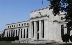 <p>La Réserve fédérale va procéder à un vote vendredi sur une proposition de réglementation qui imposerait aux banques étrangères des exigences plus strictes en matière de fonds propres et de liquidités, afin d'éviter au contribuable américain d'avoir à les sauver d'éventuelles faillites. Si le Conseil des gouverneurs de la banque centrale américaine votait en faveur de ces nouvelles règles, les groupes du secteur auraient jusqu'à la fin du mois de mars pour soumettre leurs commentaires en vue d'une entrée en vigueur en juillet 2015. /Photo prise le 1er août 2012/REUTERS/Larry Downing</p>