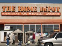 Home Depot, numéro un mondial du bricolage, publie mardi un bénéfice trimestriel stable mais meilleur que prévu à la faveur de réductions de coûts qui ont compensé un tassement de 3% de son chiffre d'affaires. /Photo d'archives/REUTERS/Jonathan Ernst