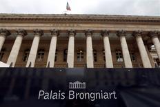 Les principales Bourses européennes ont ouvert en forte baisse lundi, l'escalade des tensions en Ukraine exacerbant l'aversion au risque des investisseurs, qui se ruent sur des valeurs refuges comme le yen, les obligations souveraines allemandes ou encore l'or. À Paris, le CAC 40 recule de 1,76% à 4.330,65 points vers 08h20 GMT. À Francfort, le Dax chute de 2,44% et, à Londres, le FTSE perd 1,3%.  /Photo d'archives/REUTERS/Charles Platiau