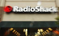 Radioshack est l'une des valeurs à suivre sur les marchés américains, le distributeur américain de produits électroniques ayant annoncé qu'il fermerait jusqu'à 1.100 magasins aux Etats-Unis après une nouvelle forte baisse de ses ventes pendant la période des fêtes. Dans des échanges d'avant-Bourse, le titre plongeait de 24%.  /Photo d'archives/REUTERS/Brian Snyder