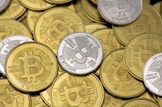 Pierre Moscovici a plaidé mardi pour une concertation européenne sur la régulation des monnaies virtuelles ou bitcoins pour assurer la transparence de leur marché secoué par la défaillance de la plate-forme d'échange MtGox basée au Japon. /Photo prise le 31 janvier 2014/REUTERS/Jim Urquhart  REUTERS/Jim Urquhart