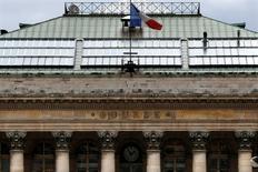 Les Bourses européennes évoluent en légère baisse mercredi à mi-séance. À Paris, le CAC 40 perd 0,25% à 4.384,99 points, Francfort cède 0,32% et Londres recule de 0,62%. L'indice paneuropéen EuroStoxx 50 abandonne 0,22%. /Photo d'archives/REUTERS/Charles Platiau