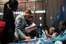 Salon pour l'emploi à New York. Les inscriptions hebdomadaires au chômage aux Etats-Unis sont revenues à leur plus bas niveau depuis trois mois lors de la semaine au 1er mars, à 323.000 contre 349.000 (révisé) la semaine précédente. /Photo d'archives/REUTERS/Keith Bedford