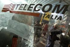 Telecom Italia a atteint ses objectifs de réduction de son endettement et fait l'impasse sur le dividende 2013 pour ses actions ordinaires, l'opérateur italien poursuivant ses investissements pour renforcer un réseau vieillissant.  Son chiffre d'affaires à périmètre constant a augmenté de 5,2% à 23,4 milliards d'euros tandis que son résultat brut courant (Ebitda) a baissé de 804 millions d'euros à 9,7 milliards. /Photo d'archives/REUTERS/Chris Helgren