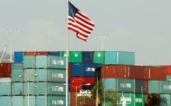 Le déficit de la balance commerciale des Etats-Unis n'a guère varié en janvier, un rebond des exportations équilibrant une hausse des importations. Le département du Commerce a fait état vendredi d'un déficit commercial de 39,1 milliards de dollars. /Photo d'archives/REUTERS/Lucy Nicholson