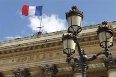 A l'exception de Paris, soutenue par le secteur des télécoms, les principales Bourses européennes ont ouvert sur une note prudente après les chiffres décevants publiés samedi sur le commerce extérieur chinois, qui ravivent les craintes d'un ralentissement marqué de la deuxième économie mondiale. Une quinzaine de minutes après le début des échanges, l'indice paneuropéen EuroStoxx 50 progressait de 0,3% et le CAC 40 gagnait 0,62% à 4.393,68 points. /Photo d'archives/REUTERS/Charles Platiau