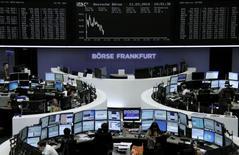 Les Bourses européennes évoluent en ordre dispersé mardi à mi-séance, les tensions politiques en Ukraine dissuadant de nombreux investisseurs de passer à l'achat. À Paris, le CAC 40 perd 0,37% à 4.354,88 points vers 11h40 GMT. À Francfort, le Dax prend 0,3% et à Londres, le FTSE perd 0,24%. /Photo prise le 11 mars 2014/REUTERS