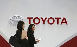 Toyota a annoncé mercredi que ses salariés bénéficieraient à partir d'avril des plus fortes augmentations de salaire depuis 21 ans, le géant automobile répondant ainsi aux appels du gouvernement en faveur d'un partage plus équitable des profits. Le salaire mensuel de base sera relevé de 2.700 yens (19 euros environ), soit de 0,8%. Il s'agit de sa première augmentation depuis six ans. /Photo prise le 12 mars 2014/REUTERS/Toru Hanai