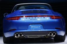 Porsche, habitué ces derniers temps à des résultats record, pourrait voir ses bénéfices ralentir en 2014 malgré des ventes en hausse, en raison des coûts engendrés par des investissements dans de nouvelles technologies et de nouveaux modèles. /Photo prise le 13 janvier 2014/REUTERS/Joshua Lott