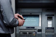 La Federal Deposit Insurance Corp (FDIC), l'agence fédérale de garantie des dépôts bancaires aux Etats-Unis, a porté plainte contre 16 banques, accusant ces dernières d'avoir lésé des dizaines d'autres établissements, aujourd'hui disparus, via la manipulation du taux interbancaire Libor. /Photo prise le 3 décembre 2013/REUTERS/Luke MacGregor