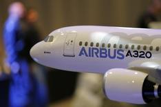 La toute nouvelle compagnie saoudienne SaudiGulf a signé un contrat portant sur la commande ferme de quatre appareils A320ceo, qui seront livrés début 2015. SaudiGulf prévoit de débuter ses opérations au premier trimestre 2015. /Photo prise le 13 janvier 2014/REUTERS/Régis Duvignau