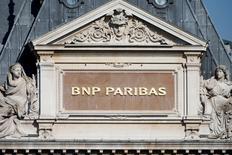AXA et BNP Paribas ont annoncé lundi mettre fin au pacte d'actionnaires qui les liait depuis 13 ans dans le cadre de participations croisées. Les deux titres seront suivis mardi à la Bourse de Paris. /Photo d'archives/REUTERS/Charles Platiau