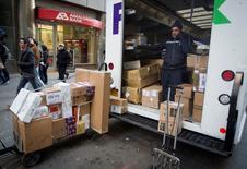 Les résultats trimestriels de FedEx sont inférieurs aux attentes, le numéro deux mondial de la messagerie derrière UPS mettant cela sur la vague de froid qui a balayé une partie des Etats-Unis au début de l'année. /Photo prise le 24 décembre 2014/ REUTERS/Carlo Allegri