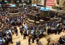 La Bourse de New York a débuté dans le rouge jeudi, les investisseurs continuant de digérer les déclarations de Janet Yellen, la présidente de la Réserve fédérale, qui alimentent les spéculations sur la possibilité d'une hausse des taux d'intérêt plus vite que prévu. Quelques minutes après le début des échanges, le Dow Jones perdait 0,14%, le Standard & Poor's 500 0,09% et le Nasdaq Composite 0,1%. /Photo d'archives/REUTERS/Brendan McDermid