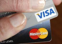 Visa et MasterCard ont cessé, sans préavis, de fournir des services de paiements aux clients des banques Rossiya et SMP. Rossiya fait partie d'un certain nombre de sociétés visées par les sanctions prises par Washington après l'annexion de la Crimée par Moscou. /Photo d'archives/REUTERS/Kevin Lamarque