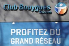 Bouygues à suivre à la Bourse de Paris, le groupe ayant précisé vendredi soir que sa nouvelle offre sur SFR, filiale télécoms de Vivendi, courait jusqu'au 8 avril, soit quatre jours après la fin des négociations exclusives entre Vivendi et Numericable. /Photo prise le 7 mars 2014/REUTERS/Charles Platiau
