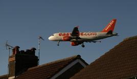 EasyJet a revu à la hausse ses prévisions de résultats pour le premier semestre 2013-2014, la compagnie aérienne britannique tablant désormais sur une perte imposable similaire à celle de la même période de l'exercice précédent, à la faveur d'une maîtrise de ses coûts. /Photo prise le 19 novembre 2013/REUTERS/Phil Noble