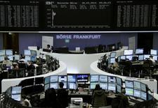 Les Bourses européennes ont amplifié leurs gains mercredi vers la mi-séance, toujours portées par un optimisme renouvelé au sujet de la vigueur de la croissance américaine, par une apparente retombée des tensions en Ukraine et par l'espoir de mesures de soutien à l'activité en Chine, voire en Europe. Le CAC 40 progressait de 1,02% vers 12h30 tandis que le Dax prenait 1,29%. /Photo prise le 26 mars 2014/REUTERS